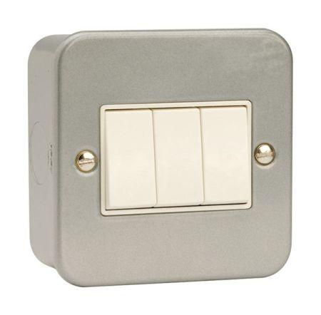 Click Essentials Metal Clad 10a 3 Gang 2 Way Switch   CL013